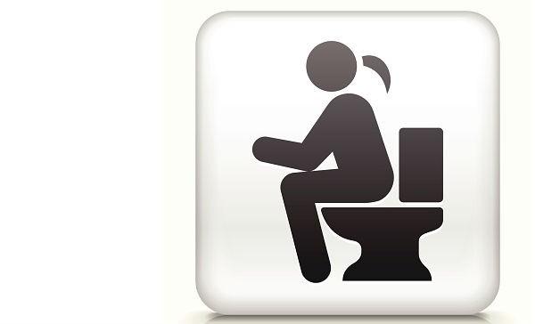 El peligro de durar mucho tiempo sentado en el inodoro, según un estudio científico