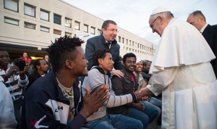 Papa Francisco se lleva consigo en avión a 10 refugiados en su regreso a Roma