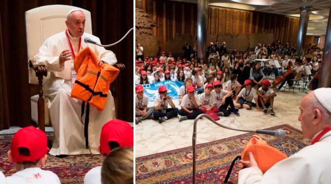 El Papa se emociona al narrar la historia de este chaleco ante decenas de niños